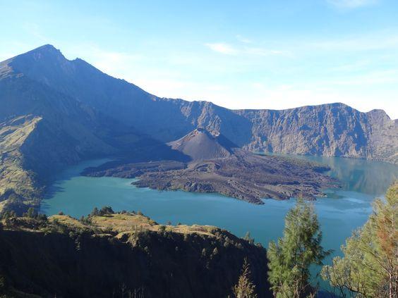 En Indonésie, la caldeira du Rinjani, point culminant de l'île de Lombok (3570 mètres) est   une pure merveille de volcanisme actif : elle abrite en effet en son sein un second volcan né   en 1995 ! L'archipel indonésien cumule les superlatifs avec 150 volcans actifs répartis sur  quelque 17000 îles volcaniques qui s'égrènent d'est en ouest sur un archipel de 5000 km; on y  parle plus de 500 langues...