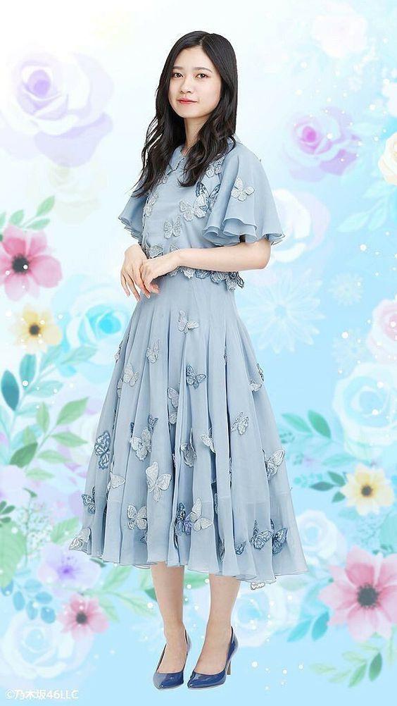 ブルーの花のついたワンピースを着ている寺田蘭世の画像