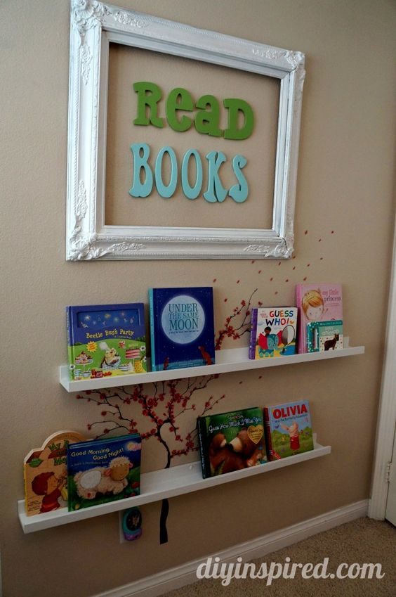 Libreria frontale con adesivi