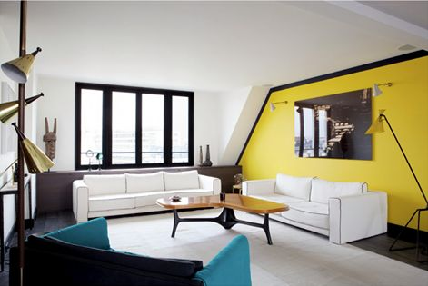 Mixing styles playing with bold contrasts, both for shapes and colours. A Sarah Lavoine interior Apartment in Paris. Wanna see beautiful mid-century modern interiors? Click on the image.