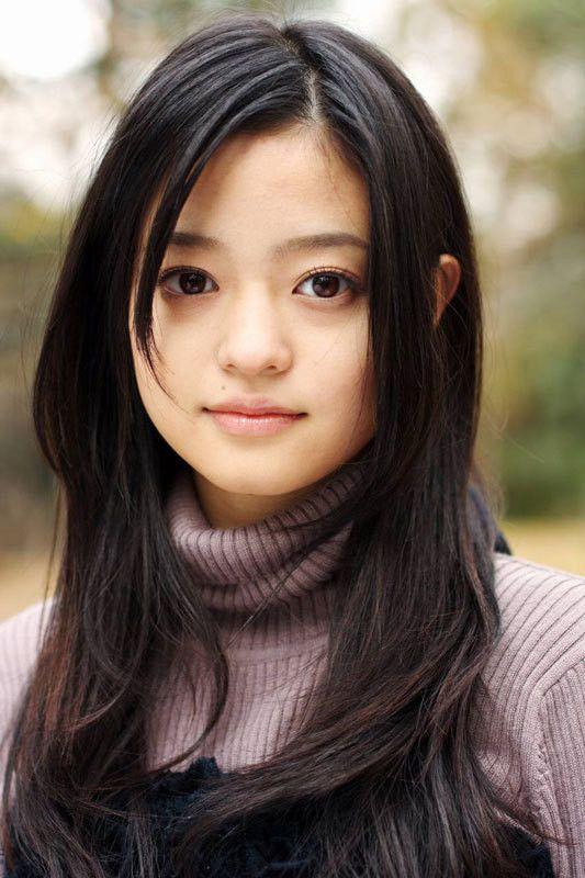 紫のニットを着た黒髪ロングヘアーの小林涼子の画像