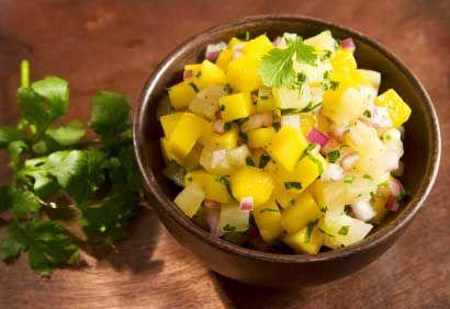 Salsa à la mangue et à l'ananas (Accompagnant la recette : Crevettes poêlées, salsa à la mangue et à l'ananas)