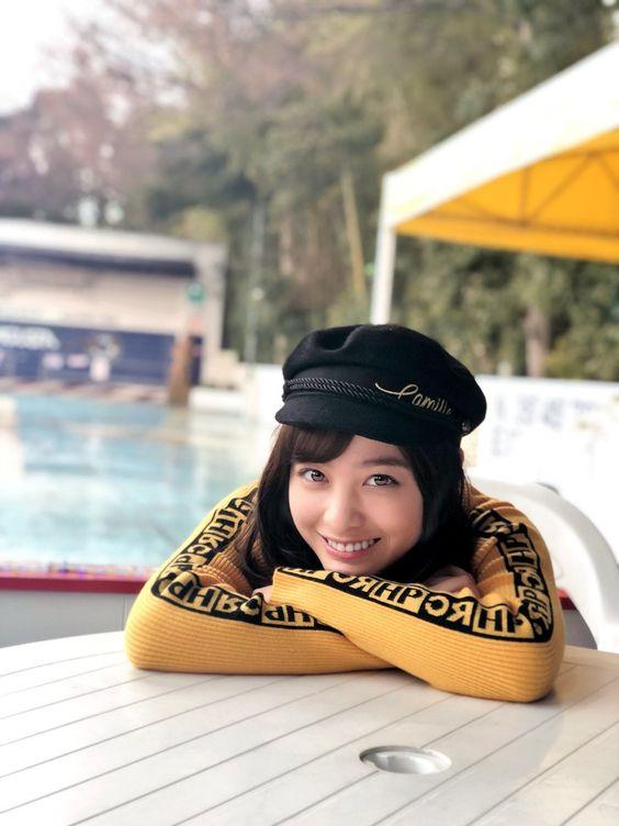 黒い帽子に黄色い服の橋本環奈