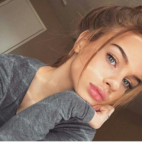 Chica tomándose selfie inclinada