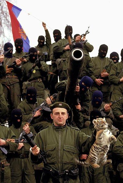 Zeljko Raznatovic, dit Arkan, pose avec les Tigres de Serbie, avec le drapeau serbe et un bébé tigre qu'il a pris dans un zoo à Erdut, en Croatie, à l'automne 1991. Ron Haviv