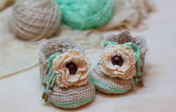 Узор крючком для девочки бежевые пинетки с цветком - вязание крючком дешевых ботинок выкройка, пинетки выкройка, девочка сапоги, PDF шаблон
