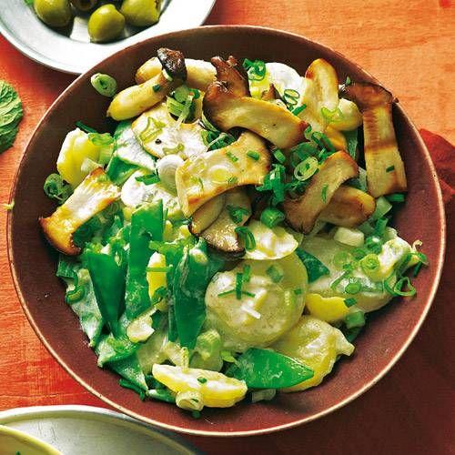 Caprino ist ein Ziegenkäse und das ganz gewisse Extra in diesem herrlich üppigen Salat. Zum Rezept: Kartoffelsalat Caprino mit gegrillten Kräuterseitlingen