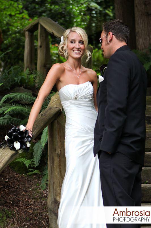 Wedding couple. Notice the black bouquet! www.ambrosia-photography.com
