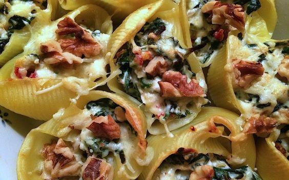 Gevulde pastaschelpen met ricotta/spinazie!  300 gram grote pastaschelpen - 1 ui - 2 teentjes knoflook - 250gr spinazie - 250gr ricotta - geraspte kaas - nootmuskaat/basilicum - 8 zongedroogde tomaten  Bedek met aluminiumfolie en zet voor 30 minuten in de oven. De laatste 10 minuten hiervan haal je het aluminiumfolie weg zodat de kaas kan gratineren.