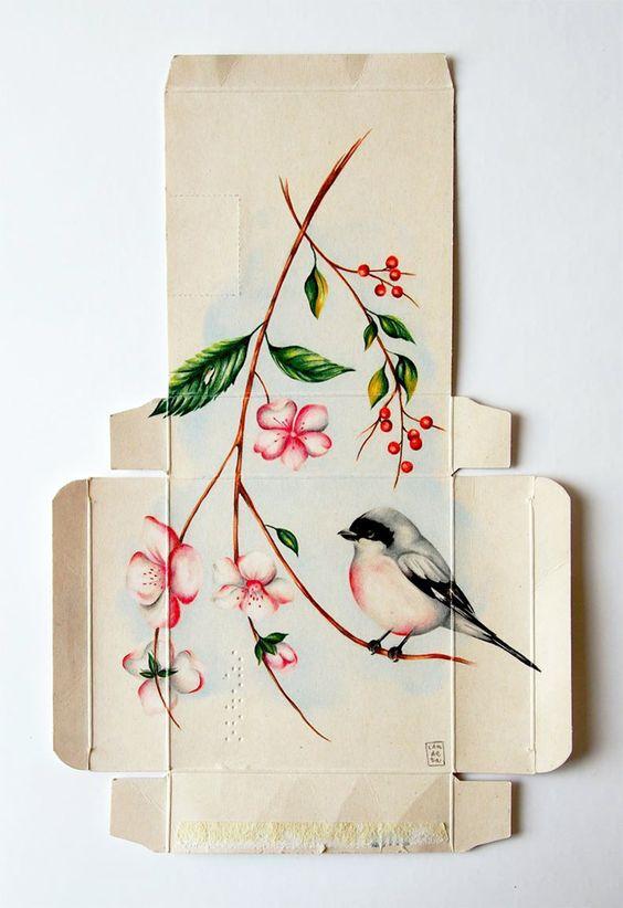 Dibujar una colección de aves en el interior de estas cajas sostiene una única reflexión; los pájaros aprenden a estar en cautiverio, pero no dejan de querer volar, y es eso lo que les mantiene vivos.  Sara Landeta