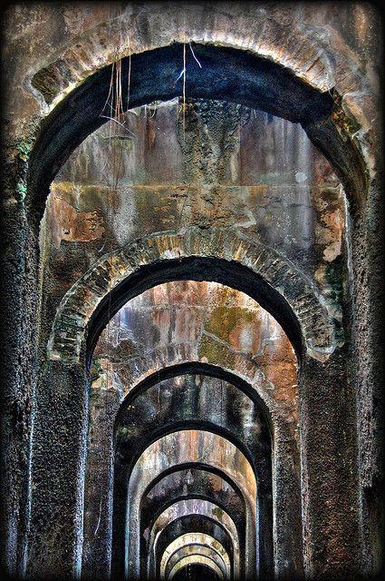 Piscina Mirabilis. Fu costruita per l'approvvigionamento idrico della Classis Praetoria Misenensis.  70 metri per 25, per 15 metri di altezza, è la più imponente cisterna romana mai portata alla luce. 48 pilastri cruciformi disposti su 4 file quasi a formare le navate di una immensa cattedrale sotterranea. Suggestivi effetti di luce producono i pozzetti e le numerose crepe e brecce che si aprono nella possente volta a botte. Campi Flegrei-Napoli-Campania