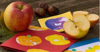 Aus einem einfachen Apfel wird im Handumdrehen ein toller Stempel. So hast du schnell ein paar hübsche Motive gedruckt! Das geht ganz schnell und man mag gar nicht mehr aufhören!   Du brauchst: 1 Apfel Wasserfarben Pinsel Glas/Becher mit Wasser weißes Malpapier buntes Tonpapier Schere Kleber      So geht's: Schneide [...]