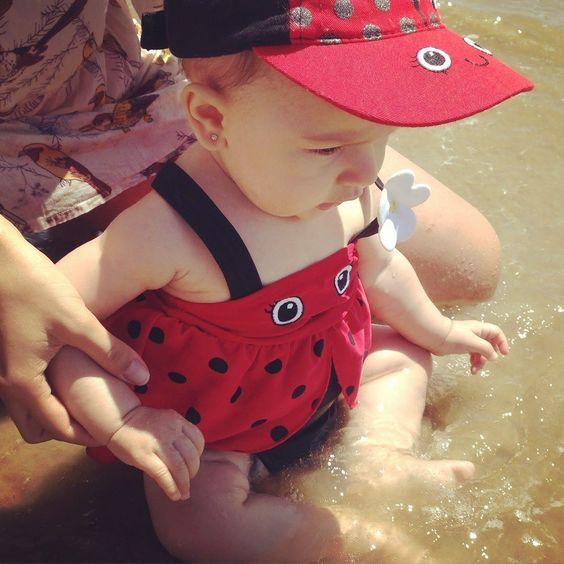 Que saudade que me deu do verão...praia sol mar andar descalça de pernas de fora! Amo o inverno mas quero meu verão de volta!!!! Alguém viu uma joaninha de pernas de fora por aí?!kkkk...(essa foi a primeira vez que a Bia entrou no mar) Amooooouuu!  #saudadedoverão #praia #bebênapraia #joaninha #pernasdefora #coisaboaesseverão