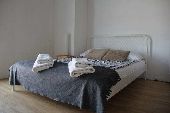 Кровать в апарт-отеле в номере