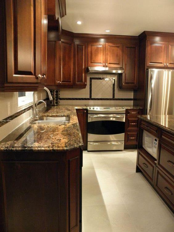 Armoire de cuisine classique en bois avec comptoir de for Deco cuisine classique
