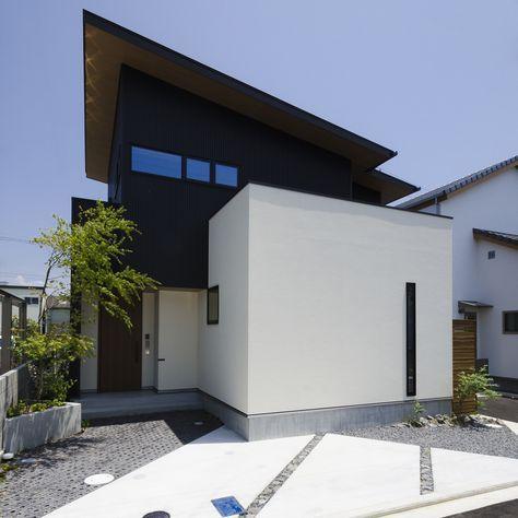 正面2階の横長の窓は 横すべり出し窓とはめ込み窓を使い 凹凸を目立たせないようにしています また 1枚の片流れ屋根の隅を 切り取ったような形にすることで シンプルな外観に奥行と変化を持たせています 塗り壁とガルバリウムのバランスも絶妙 すべて