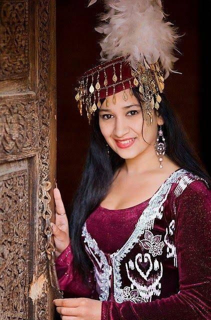 Узбекско момиче в традиционен костюм.