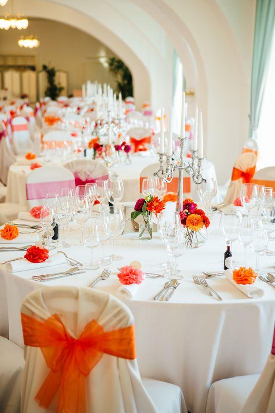 #tischdeko Bunte Vintage Hochzeit im Schloss in rot orange pink   Hochzeitsblog - The Little Wedding Corner