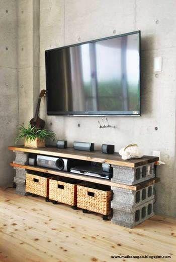 こちらはコンクリートブロックと板を組み合わせてDIYしたテレビボードです。コンクリートの打ちっぱなしの壁にぴったりのイメージです。コンクリートの冷たくなりがちなイメージを和らげるのに、カゴやグリーンなどを使っています。