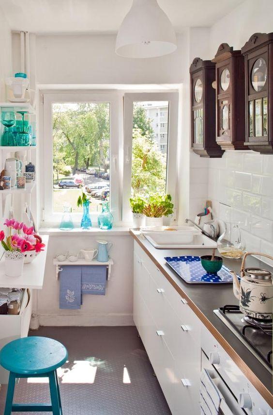 kleine küche einrichten schmaler raum offene regale küchen - tuersysteme kuechenoberschraenke platzsparend