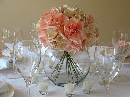 Centro de mesa hecho con flores de papel en dos tonos - Centros de mesa con peceras ...