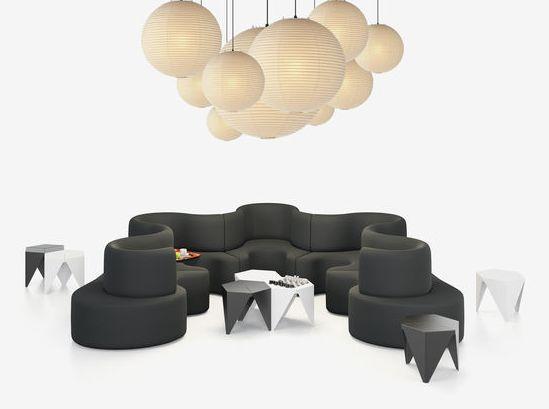 Verner Panton creó el sofá Cloverleaf en 1970 para su famosa instalación Visiona, en Colonia. La extensa superficie para sentarse y las formas suaves se consideró en aquel momento como una visión del mundo del futuro.  #decoraciondeinterioresvalencia   www.carlosgarrigues.com