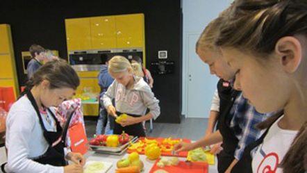 Kochen macht Spaß! Workshop für Kinder zwischen 7-14 Jahren  Die richtige Ernährung ist essentiell für das Wachstum und die Entwicklung von Kindern. Deshalb sollten sie von klein auf den richtigen Umgang mit Lebensmitteln kennenlernen.  http://www.miele.at/haushalt/kochen-macht-spass-1323.htm