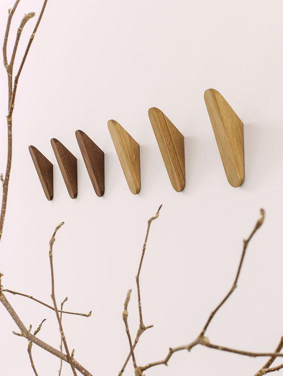 Wandhaken in Nussbaum, Ulme oder Eiche. Dazu gibt es passende Ablage Boards. Design: Studio Taschide