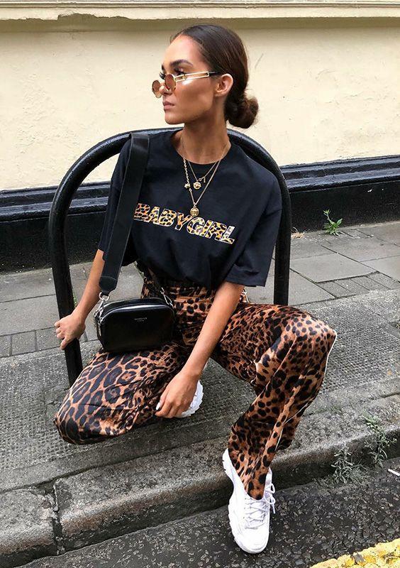 Guia do animal print por Alicia Roddy - #GuitaModa. Mini óculos, mix de colares, t-shirt estampada com letras de oncinha, calça de oncinha, tênis esportivo branco, bolsa preta