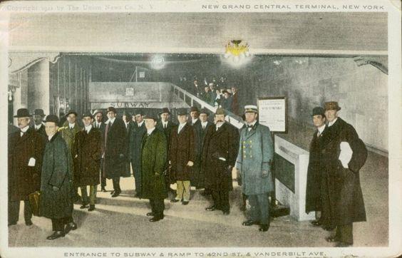 Cartão postal ilustra passageiros no terminal de metrô da Grand Central Station, em Nova York, no ano de 1912
