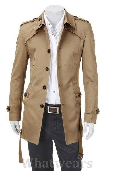 Een trenchcoat is een jas die alle mannen moeten hebben. Heb je vrij brede schouders, kies dan een model met een enkele rij knopen, zoals hier. Veelal vind je ze in de winkel met een dubbele rij knopen. Ook mooi, maar komt soms nogal massief over. Wacht niet te lang met je aankoop... momenteel zijn ze volop te vinden in de winkel.: