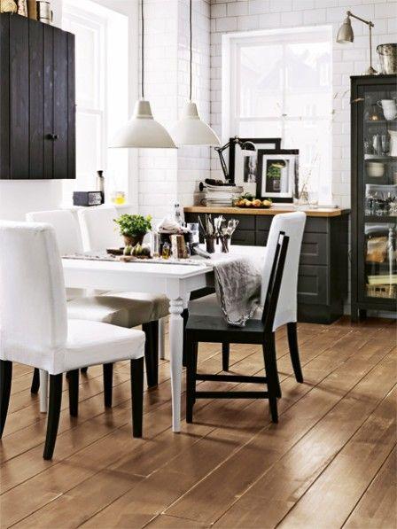 Der Schwarz-Weiß-Look kann auch natürlich. Das Naturmaterial Holz und zartes Grün machen den Hell-Dunkel-Kontrast warm, frisch – und auch in der Küche so gemütlich!