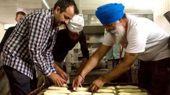 Restoring Faith In Humanity Again, Members Of Sikh Community Sets Langar On Syrain Border!! #HonestIndian