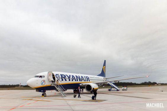 6 consejos para viajar con Ryanair Avión Boeing 737 de Ryanair en tierra Volando con Ryanair avión Boeing 737