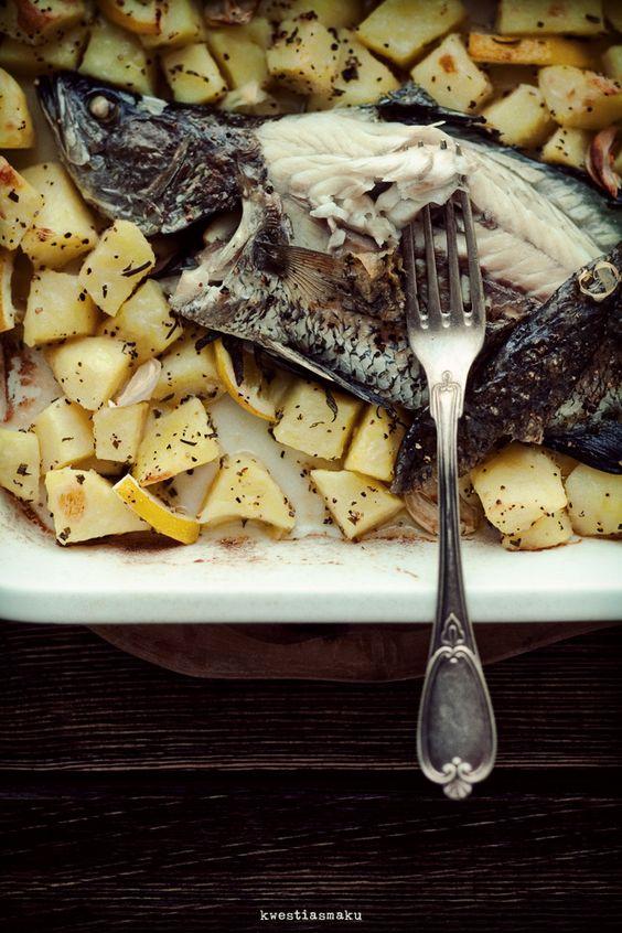 Ryba pieczona w piekarniku z ziemniakami, cytryną i rozmarynem