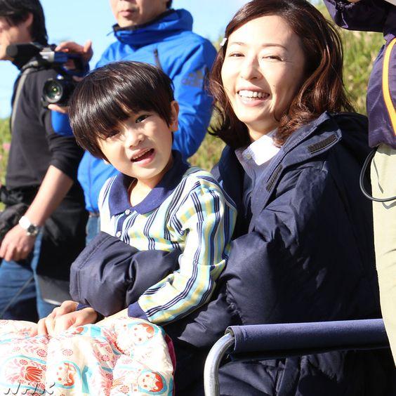 子供を抱っこする松雪泰子