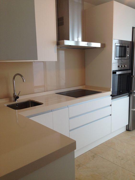 Cocina luxe blanca super mate con tirador gola - Colores de granito para encimeras de cocina ...