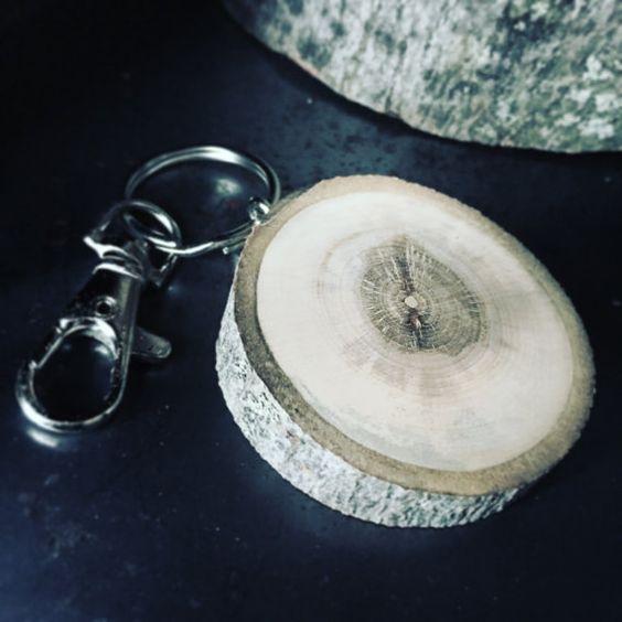 Splendido portachiavi molto leggero.  Pezzi unici, poiché sono fatte da legno trovato.  Anelli per chiavi del modello europeo.  Gancio per appendere le chiavi nella vostra borsa o nei pantaloni.