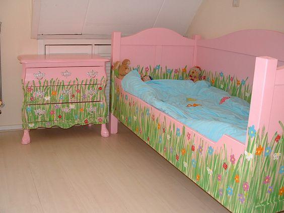 Brocante roze bed met gras beschilderd ( Happykidsart)
