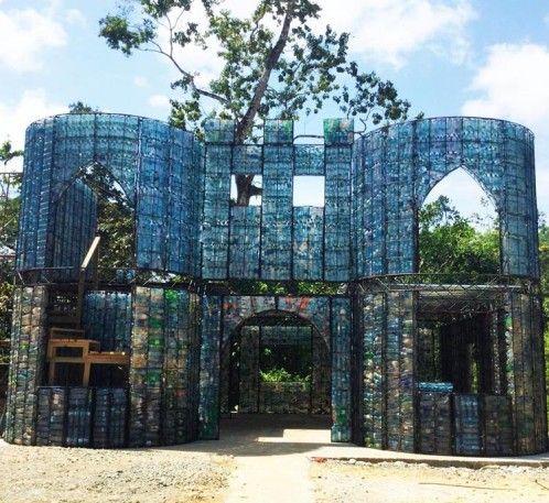 Cómo construir una ecoaldea con un millón de botellas de plástico