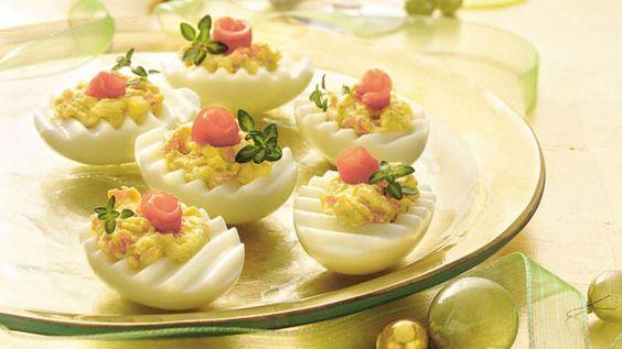 Яйца для фаршировки можно разрезать рельефным ножом для фигурной нарезки сыра – будет необычно и красиво. Простая идея, но, между прочим, именно в простоте чаще всего и кроется самое большое очарование.