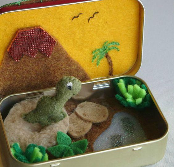 Por fin un juego de dinosaurio pequeño situado en un Altoid tin!  Este adorable dinosaurio pequeño mide apenas 1 1/4 de alto. Ha hecho de fieltro y detallada con hilos y la pintura puffy. Su mano cosidos con puntadas muy pequeñas y cuidadosamente relleno de fiberfill del poliester. Para detalles de los ojos utilicé pintura hinchada y para la boca un poco sonrisa con hilo.  Hay una cama de polar extra suave rellena de fiberfill del poliester, con un pequeño hoyuelo en el centro por lo que…