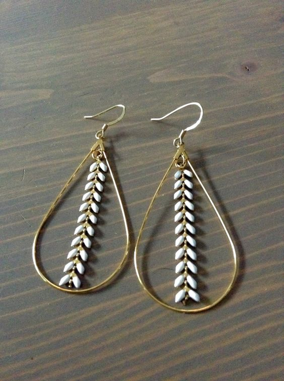Boucles d'oreilles goutte dorée avec chaine chevrons épi en émail blanc : Boucles d'oreille par poptimistic