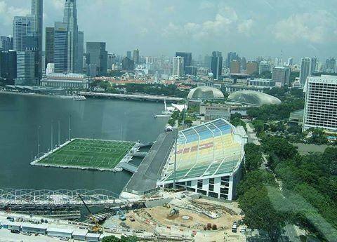 اغرب ملعب في العالم ملعب كرة قدم عائم فوق الماء على خليج مارينا في سنغافورة تقع اكبر منصة مائية عائمة في العالم بطول يصل إلى 120م Sky Bridge Sky Transport Hub