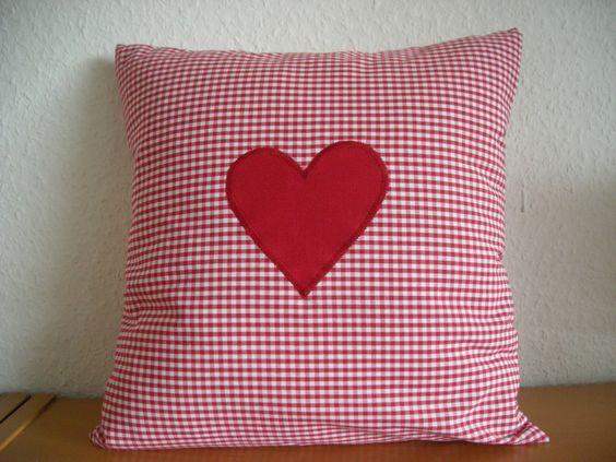 Dieses herrliche Kissen mit appliziertem roten Herz in Vichy-Karo aus 100% Baumwolle ist durchgewebt und das Karo ist etwa 2,5 mm groß. Von meinkaro.de