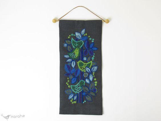 スウェーデンから届いたヴィンテージのタペストリーです。 青や緑、紫などの糸で鳥さんや葉が刺繍されており、大変可愛らしいです。