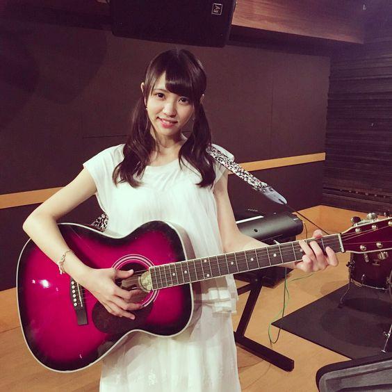 ギターを持つ上村莉菜