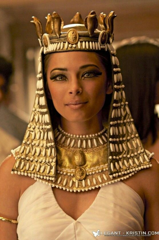 Kristin Kreuk como Cleópatra
