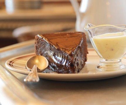Pour un dessert gourmand, découvrez la recette du fondant au chocolat accompagné de sa crème anglaise.