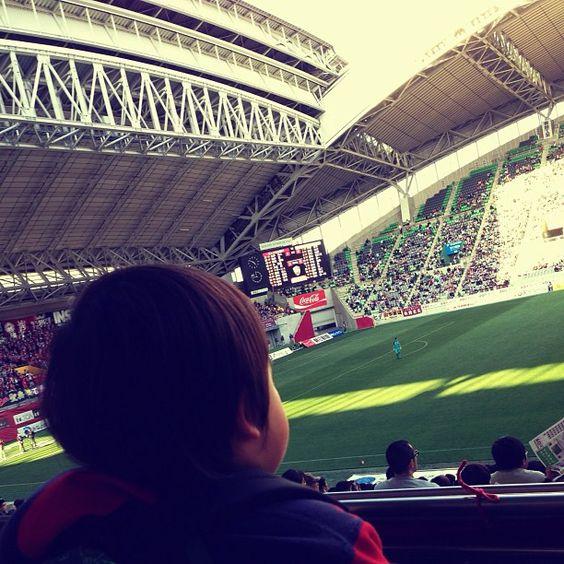 今日は来賓席ゆうのかな?なかなかいい席でサッカー観てきました。J2ヴィッセル神戸×ファジアーノ岡山。 3-3で引き分け。ビュッフェスタイルで食事してビール飲みながら観戦。選手との交流もあり、写真撮らせてもろたりサインしてもろたり。息子も楽しめたみたい。またサッカー観に行きたいなぁ♩ - @cockycocky- #webstagram